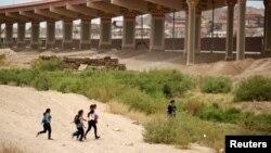 Група мігрантів поблизу кордону між Мексикою та США