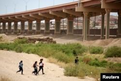 중남미 이민자들이 지난 7일 미국 텍사스 엘파소와 멕시코 시우다드후아레스 사이 국경에 접근하고 있다.