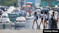 낮 최고기온이 25도에서 30도를 보이는 등 무더운 날씨를 보인 지난 3일 서울 여의도 대로에서 지열로 인한 아지랑이가 피어오르고 있다. (자료사진)