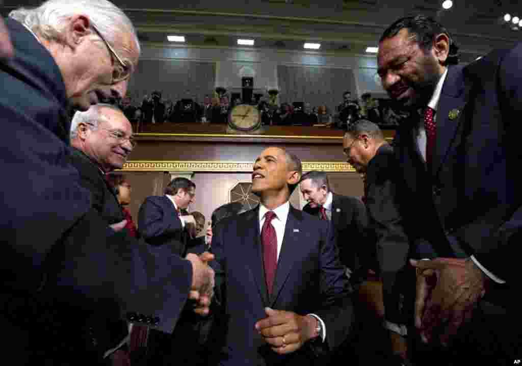 1月24号,奥巴马总统在首都华盛顿国会山向民主、共和两党议员以及各界来宾发表国情咨文演说,奥巴马在演说前和来宾握手。 (AP)