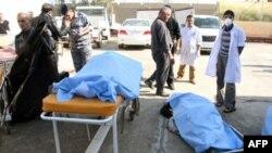 Thi thể của các nạn nhân vụ đánh bom tự sát bên ngoài một bệnh viện ở Tikrit, 18/1/2011