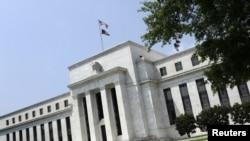 Edificio de la Reserva Federal en Washington DC. La minuta de la sesión de diciembre de la FED muestra que aunque los directivos del Banco Central votaron a favor de un aumento de la tasa de interés clave, están preocupados por la baja inflación.