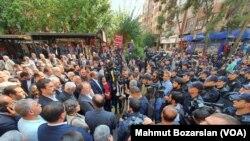 HDP'li belediye başkanlarının görevden alınarak yerlerine kayyum atanması sık sık protesto ediliyor (arşiv)