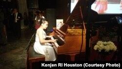 Tiara Siahaan, pianis berusia 14 tahun, tampil di acara resepsi diplomatik di Houston, Jumat malam (19/10).
