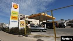 Des véhicules passent près d'une station essence Shell à Dakar, Sénégal, le 19 décembre 2016.