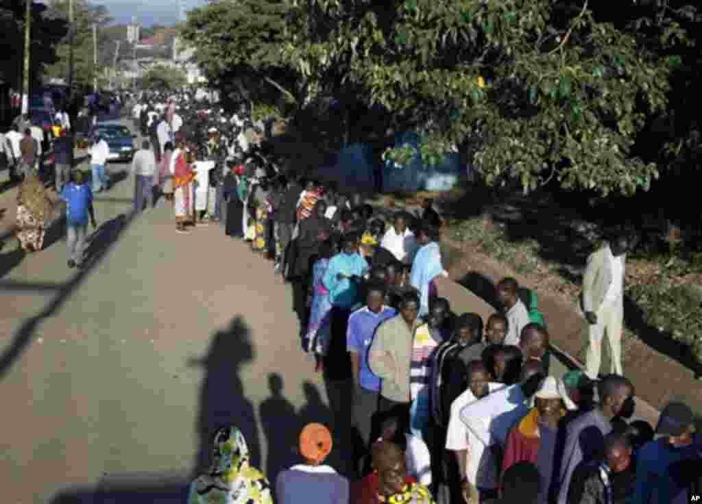 Wakenya wakiwa katika msitari wa kupiga kura mjini Nairobi