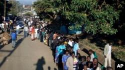 Kenyans line up to vote in Nairobi.