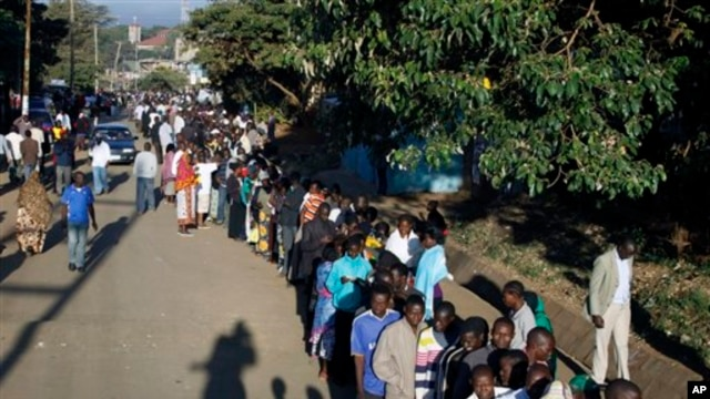 Kenyans line up to vote in Nairobi.