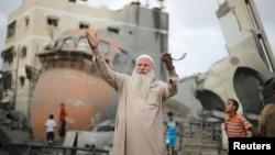 2014年8月11日加沙汗尤尼斯清真寺废墟前的巴勒斯坦人