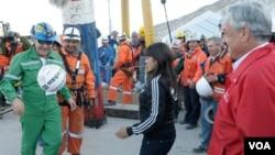 El espíritu de los mineros expuesto por Franklin Lobos, quien apenas salió de la mina celebró con una de las pasiones de los chilenos, jugando al fútbol.