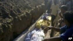 业余人士拍摄的视频显示政府部队在为特雷姆萨的遇难者举行葬礼