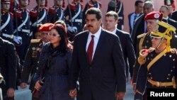 El presidente de Venezuela Nicolás Maduro junto a su Primera Dama, Cilia Flores, a su llegada a la Casa Rosada, en Buenos Aires, en donde fueron recibidos por la presidenta de Argentina Cristina Fernandez de Kirchner.