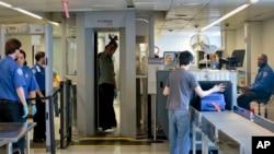 American Airlines aportará $5 millones para la automatización de la revisión de las maletas de mano en aeropuertos, informó la empresa.