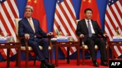 Menlu AS John Kerry (kiri) saat bertemu Presiden China Xi Jinping di Beijing.