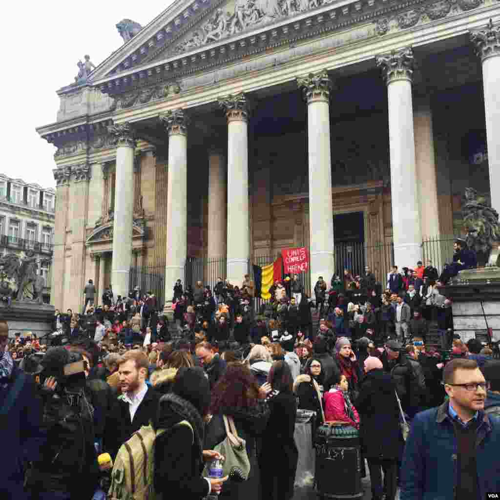 People gathered for a minute of silence in the square outside Belgian stock exchange. Defiant applause broke out after the symbolic display of solidarity. (Heather Murdock/VOA)