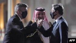 美國國務卿安東尼·布林肯與美國大使約翰·德斯羅徹(左)和卡塔爾外交部禮賓司司長易卜拉欣·法赫羅大使(中)在多哈機場行碰拳禮。 (2021年9月6日)