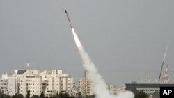"""Một chiếc tên lửa được phóng lên từ hệ thống """"Vòm sắt"""" hôm 12/03/2012"""
