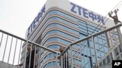 Čovjek prolazi pored kineske IT kompanije ZTE u Pekingu