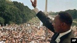 马丁•路德•金在华盛顿国家大草坪向集会民众挥手致意