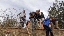 Penaberên Sûrî hewil didin ku ji Serê Kanîyê (Ras al Ain) ya hêla Sûrîyê derbazî Serê Kanîyê (Ceylanpinar) ya alîyê Tirkîyê bibin. Mijdar 13, 2012
