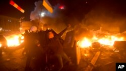 Ukraina poytaxti Kiyevda namoyishchilar politsiya bilan olishmoqda, 18-fevral, 2014-yil