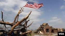 Las tormentas, acompañadas de granizo, arrancaron árboles, dañaron vehículos y destruyeron casas y edificios.