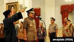 Presiden Joko Widodo melantik HM Prasetyo sebagai Jaksa Agung di Istana Negara Jakarta, Kamis, 20 November 2014 (Foto:VOA/Andylala)