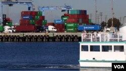 洛杉矶港码头韩进海运的蓝色集装箱(美国之音国符拍摄)