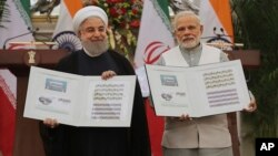 PM India Narendra Modi (kanan) dan tamunya, Presiden Iran Hassan Rouhani merilis perangko yang menandakan persahabatan kedua negara dalam acara di New Delhi, bulan Februari 2018 lalu (foto: ilustrasi).