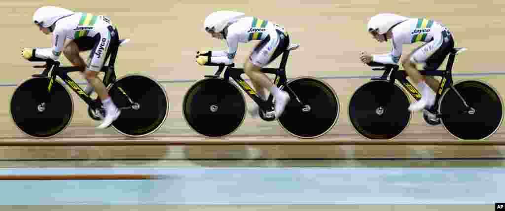 在白俄罗斯明斯克举行的场地自行车世锦赛上,澳大利队的安妮特·爱德蒙森(Annette Edmondson)、阿什丽·安库迪诺夫(Ashlee Ankudinoff)和梅丽莎·霍斯金斯(Melissa Hoskins)参加女子3千米团体追逐赛的资格赛。