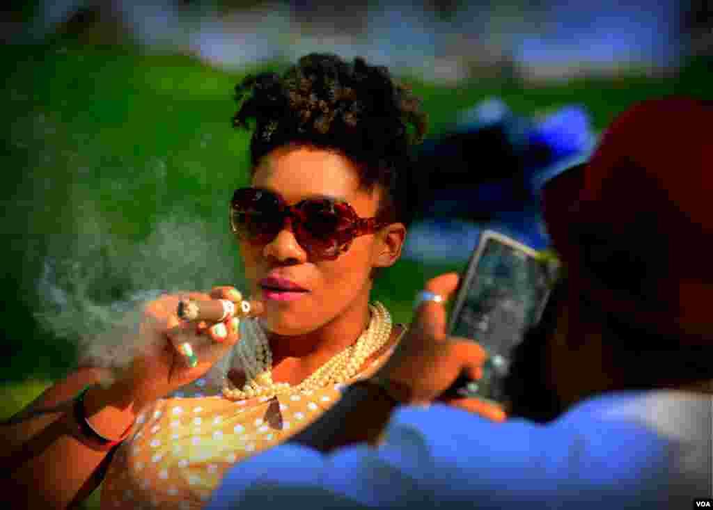 На пикнике. Любительница сигар