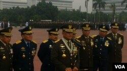 Panglima TNI Jenderal Gatot Nurmantyo (depan) memberikan keterangan dalam peringatan HUT ke 71 TNI di Mabes TNI Cilangkap Jakarta Timur, Rabu 5 Oktober 2016 (Andylala/VOA).