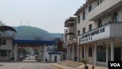 缅甸克钦独立军总部所在地拉咱与中国之间的国门。中国景颇族百姓通常绕开国门,从小路为克钦独立军运送物资。图为记者在拉咱一侧所摄。(美国之音朱诺拍摄,2015年3月17日)