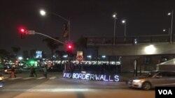 Señal de protesta en la frontera de San Diego y Tijuana ante la visita del Secretario John Kelly. (Foto Arturo Martínez)