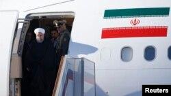 Le président iranien Hassan Rouhani sort de son avion lors de son arrivée à Moscou, le 27 mars 2017.