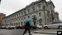 一位女士走过旧金山的第九联邦巡回上诉法院。(2017年2月8日)