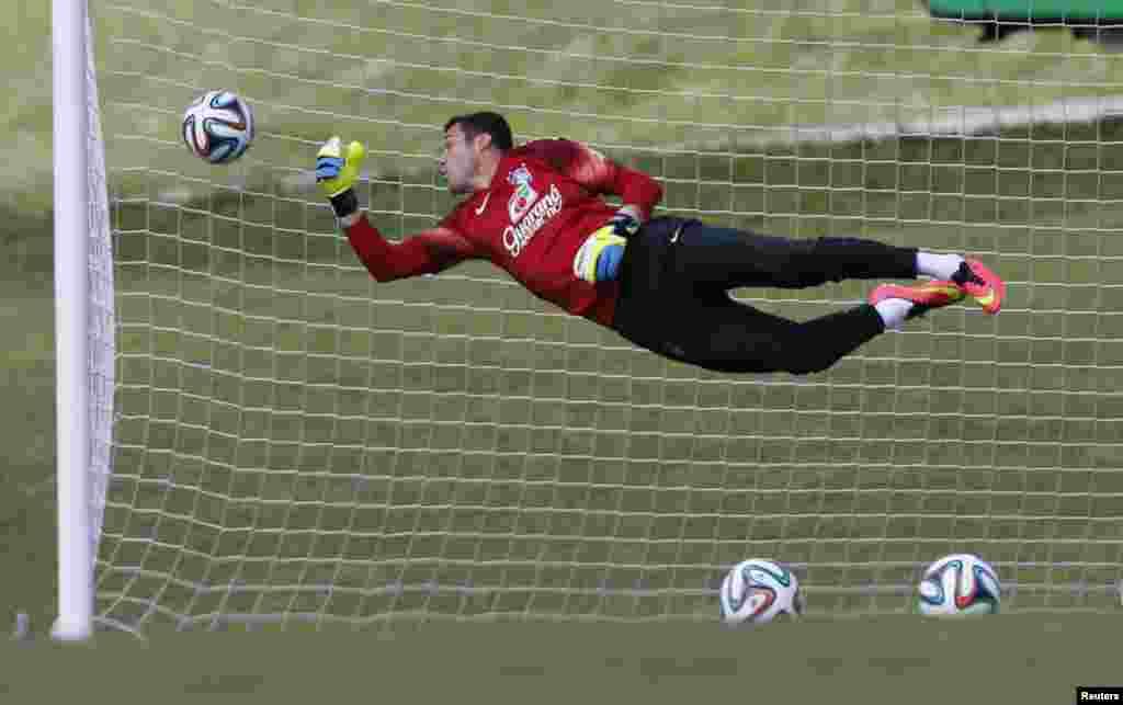 Brazil's goalkeeper, Julio Cesar, attends a training session in Teresopolis, near Rio de Janeiro, June 13, 2014.
