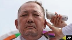 南韓星州郡守金恒坤也在抗議人群中,他剃了光頭以示抗議部署'薩德'系統。