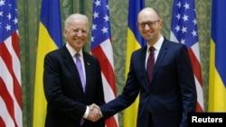 美國副總統拜登星期五在基輔會晤烏克蘭總理亞采紐克