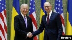 Američki potpredsednik Džozef Bajden i ukrajinski premijer, Arsenij Jacenjuk u Kijevu 21. novembra 2014. (arhiva)