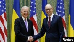 Phó Tổng thống Mỹ Joe Biden bắt tay với Thủ tướng Ukraine Arseniy Yatsenyuk trong cuộc họp tại Kiev, ngày 21/11/2014.