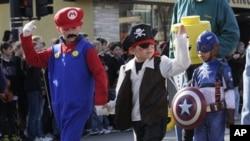 할로윈 퍼레이드에 참가한 미국의 어린이들