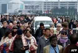 Hành khách được sơ tán ra khỏi phi trường Zaventem sau các vụ nổ.