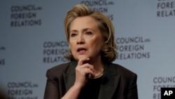 美國前國務卿希拉里克林頓在美國和加拿大推介她的新書《艱難的抉擇》。圖為2014年6月12日在紐約打書時照。