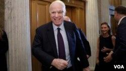 ສະມາຊິກສະພາສູງ ພັກຣີພັບບລິກັນ ທ່ານ John McCain ຍີ້ມແຍ້ມ ທີ່ຈະໄປລົງຄະແນນສຽງ ກ່ຽວກັບປະກັນໄພສຸຂະພາບ ລາຄາຖືກ.