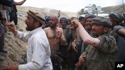 Para penyintas Afghanistan di desa Abi Barik, provinsi Badakhshan menunjukkan luka-luka mereka akibat tembakan polisi Afghanistan (6/5).
