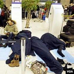 Para penumpang yang terdampar di bandara Charles-de-Gaulle Roissy, Paris terpaksa tidur di lantai bandara, 24 Desember 2010.