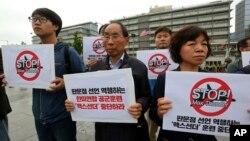 """南韓民眾在首爾的美國駐南韓大使館附近抗議美韓舉行名為""""超級雷霆""""的聯合軍演。(2018年5月16日)"""