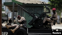 Des soldats de la garde présidentielle ont pris position en face des mutins au centre d'Abidjan, Côte d'Ivoire, 12 mai 2017.
