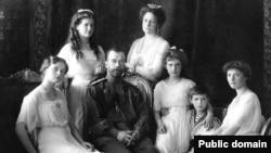 Nicholas II of Russia with the family (left to right): Olga, Maria, Nicholas II, Alexandra Fyodorovna, Anastasia, Alexei, and Tatiana in1913.